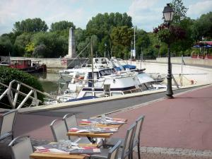 Port-Cergy - Restaurant terrace overlooking the boats of the river port of Cergy (marina)
