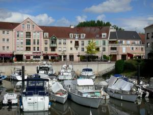 Port-Cergy - River port of Cergy and its moored boats, and facades the marina