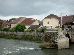 Port-Lesney - Loue river, arc of the old bridge and houses of the village