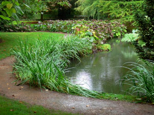 Pré Catelan garden - River, plants along the water, path and lawns of the park, in Illiers-Combray