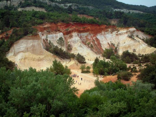 Provençal colorado - Falaise of red and yellow ochre surrounded by trees (former ochre careers of Rustrel)