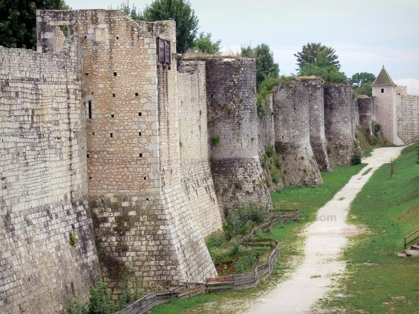 Provins - Fortified walls (medieval fortifications) of the upper town: ramparts and towers, ramparts walk