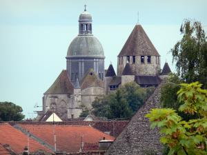 Provins - View of the dome of the Saint-Quiriace collegiate church (on the left) and César tower (keep, watchtower) with its corner turrets