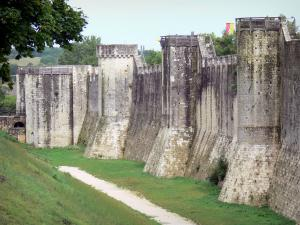 Provins - Fortified walls (medieval fortifications) of the upper town: ramparts and towers; ramparts walk