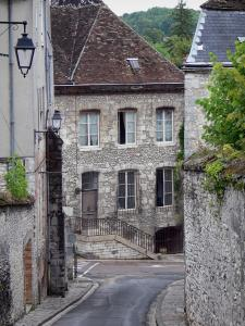 Provins - Sloping street lined with houses