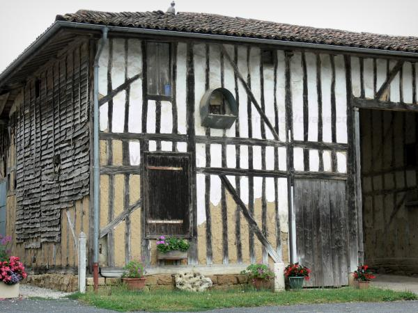 Puellemontier - Half-timbered facade of the village; in the Pays du Der area