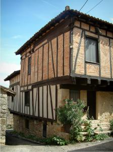 Puycelsi - Brick-built timber-framed house