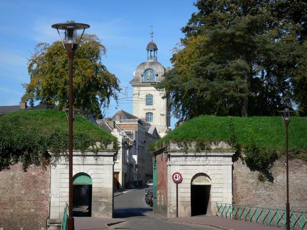 Le Quesnoy - Bell tower, town hall, houses, street, Fauroeulx gateway, fortifications (ramparts) and lampposts; in the Avesnois Regional Nature Park