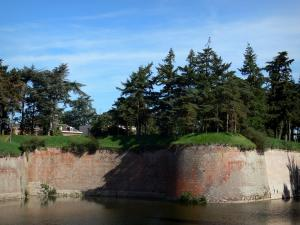 Le Quesnoy - Fortifications (ramparts), expanse of water and trees; in the Avesnois Regional Nature Park