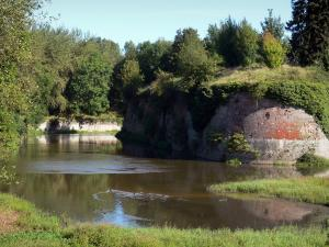Le Quesnoy - Expanse of water, fortifications (ramparts) and trees; in the Avesnois Regional Nature Park