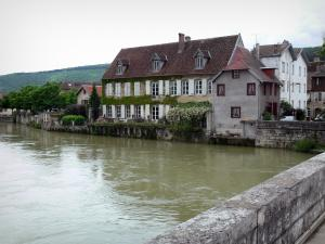 Quingey - Bridge spanning the River Loue and houses of the village along the water