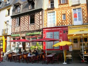 Rennes - Vieille ville : terrasses de restaurants et maisons à colombages de la place Sainte-Anne