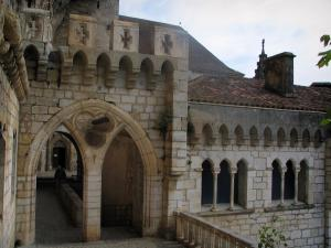 Rocamadour - Former Episcopal palace home to the Sacred Art museum and path leading to the sanctuaries