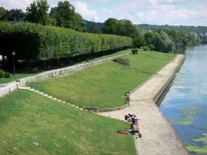 La Roche-Guyon - Banks of River Seine: walk along the river; in the Vexin Français Regional Nature Park