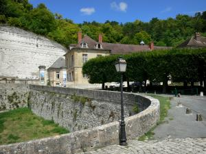 La Roche-Guyon - Lamppost, trees, cliffs and walls of the village