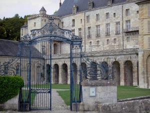 La Roche-Guyon - Entrance gate to the castle