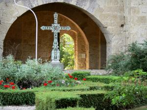 La Romieu collegiate church - Cross and cloister garden of the Saint-Pierre collegiate church