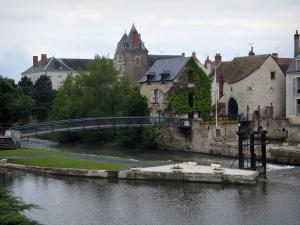 Romorantin-Lanthenay - Château home to the sub-prefecture, the Sologne museum and a bridge spanning the River Sauldre, in Sologne