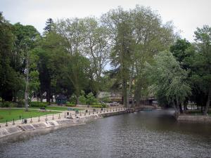 Romorantin-Lanthenay - Ferdinand-Buisson public garden with its trees and the River Sauldre, in Sologne