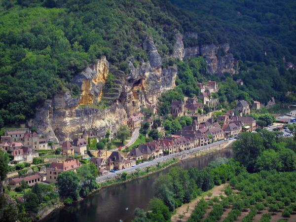 La Roque-Gageac - Cliff, trees, houses of the village and the River Dordogne, in the Dordogne valley, in Périgord