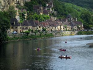 La Roque-Gageac - Houses of the village and the River Dordogne with canoes, in the Dordogne valley, in Périgord