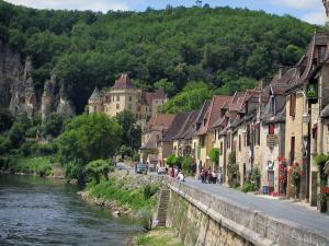 La Roque-Gageac - The River Dordogne, houses of the village, the Malartrie castle in background and trees, in the Dordogne valley, in Périgord