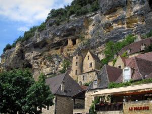 La Roque-Gageac - Houses of the village, the Tarde manor house and troglodyte fort dominating the set, in the Dordogne valley, in Périgord