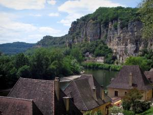 La Roque-Gageac - Roofs of the houses of the village with view of the River Dordogne, cliffs and trees, in the Dordogne valley, in Périgord