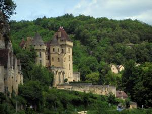 La Roque-Gageac - Malartrie castle, houses and trees, in the Dordogne valley, in Périgord
