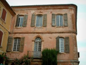 Roussillon - Houses with ochre facades, rosebush and tree