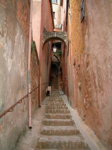 Roussillon - Narrow street (stairway) lined with houses with ochre facades
