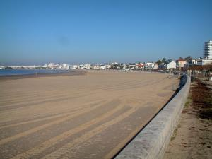Royan - Sandy beach (Grande Conche), houses (villas) and buildings of the seaside resort