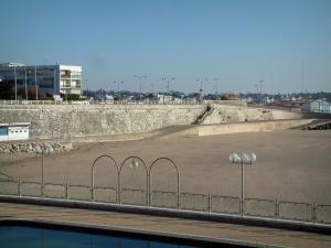 Royan - Swimming pool, lampposts and sandy beach of the seaside resort