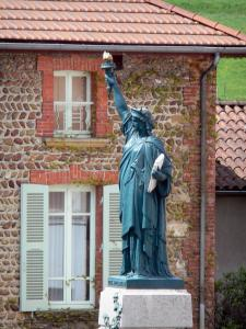 Roybon - Replica of the Statue of Liberty and pebble facade of a house in the village