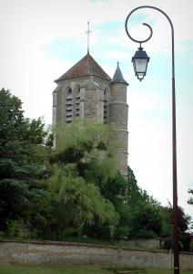 Rumilly-lès-Vaudes - Lamppost, trees and bell tower of the Saint-Martin church