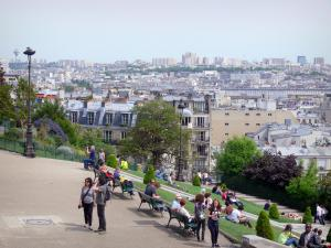 Sacré-Cœur basilica - Benches below the Montmartre basilica, overlooking the buildings of Paris