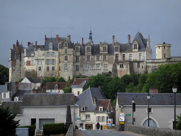 Saint-Aignan-sur-Cher - Renaissance Château overhanging the houses of the medieval town in the Cher valley