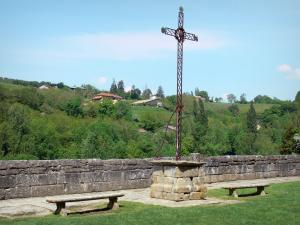 Saint-Antoine-l'Abbaye - Calvary and benches with views of the surrounding landscape