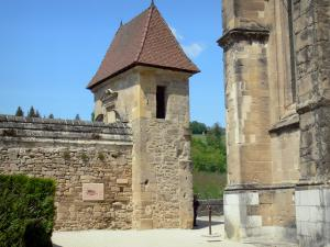 Saint-Antoine-l'Abbaye - Gate and abbey church