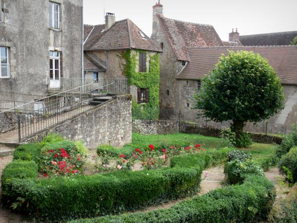 Saint-Benoît-du-Sault - Flowery garden and facades of houses in the village (medieval town)