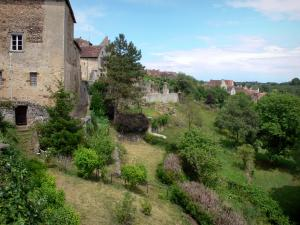 Saint-Benoît-du-Sault - View of the houses, rampart walk (chemin des Groseilliers) and gardens