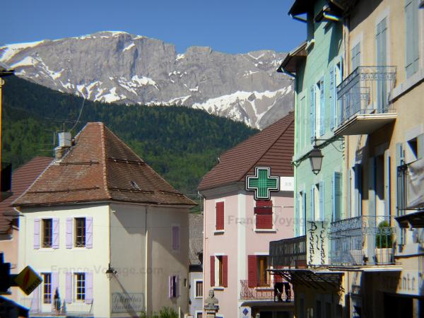 Saint-Bonnet-en-Champsaur - Houses of the medieval town with view of the mountain; in Champsaur