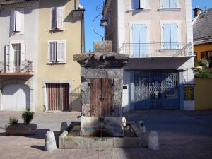 Saint-Bonnet-en-Champsaur - Well on the Grenette square and houses of the medieval town