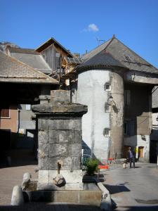 Saint-Bonnet-en-Champsaur - Well and tower of the Grenette square