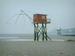 Saint-Brevin-les-Pins - Fishermen's huts built on stilts at ebb tide