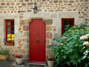 Saint-Céneri-le-Gérei - Stone house, with red door and windows, flower pots and hydrangea