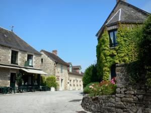 Saint-Céneri-le-Gérei - Streets and houses of the village