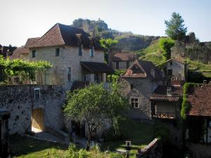 Saint-Cirq-Lapopie - Stone houses of the village and the Lapopie rock, in the Lot valley, in the Quercy