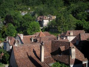 Saint-Cirq-Lapopie - Roofs of the village and trees, in the Lot valley, in the Quercy
