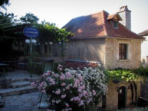 Saint-Cirq-Lapopie - Rose, restaurant terrace and house in the village, in the Lot valley, in the Quercy